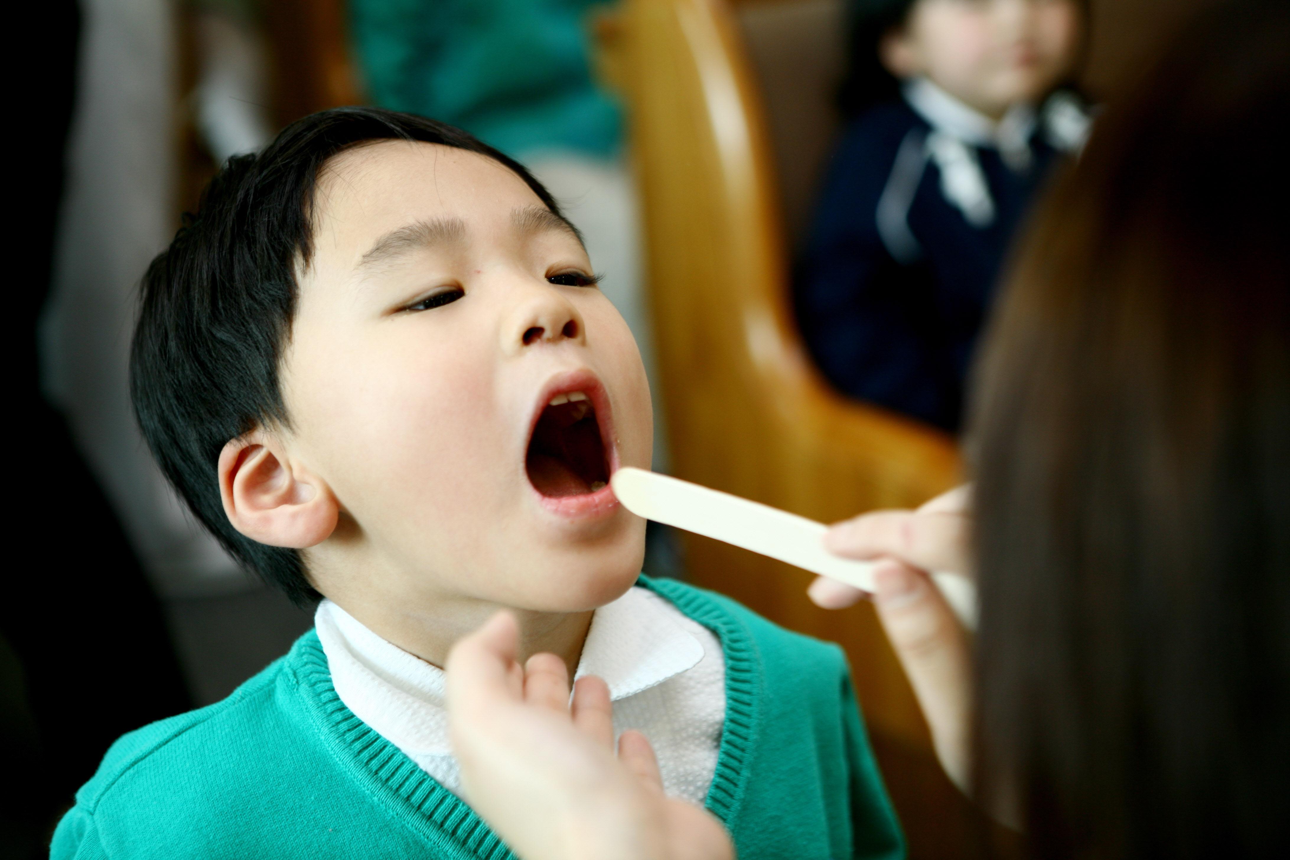 아이가 갑자기 음식 먹기 거부한다면? '이것' 의심해야